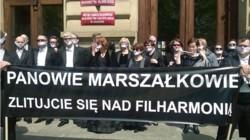 Niemy protest Zakładowej Organizacji Związkowej Związku Zawodowego Polskich Artystów Muzyków Orkiestrowych przy Filharmonii Krakowskiej pod Urzędem Województwa Małopolskiego