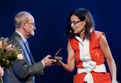 Adam Sławiński odbiera nagrodę z rąk Agaty Passent